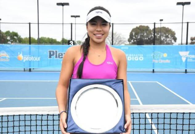 Lizette Cabrera with trophy at Bendigo International Pro Tour title in 2019.