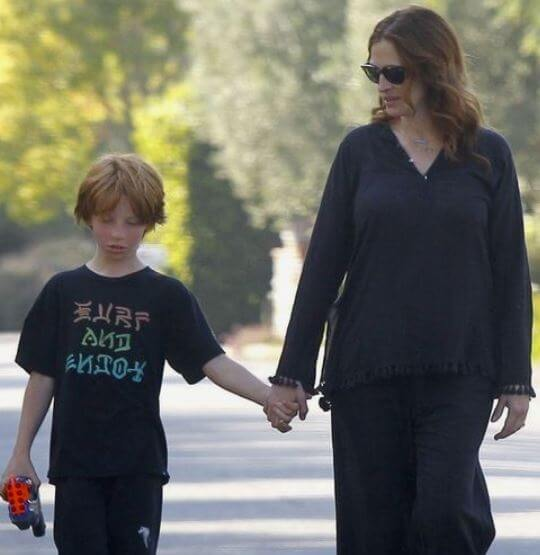 Phinnaeus Moder with his mother Julia Roberts.